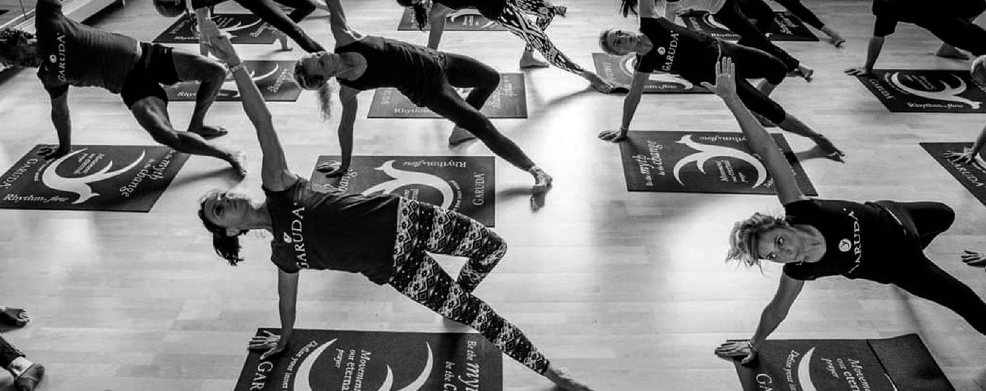 Postura lateral en clase de método Garuda - Tam Studio
